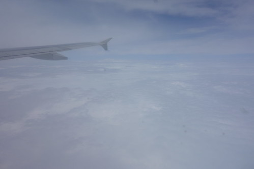 Dans l'avion, Pelico survole une France sous les nuages et sous la pluie !