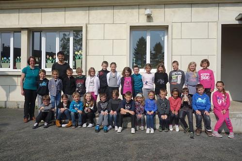 Pelico pose avec les élèves de CE1-CE2 et leur mascotte, la chouette Mimi !