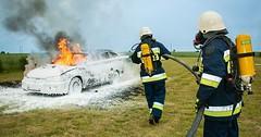 """Der Feuerwehrmann. Die Feuerwehrmänner. Oder: Die Feuerwehrleute. Die Feuerwehrleute löschen ein Auto. • <a style=""""font-size:0.8em;"""" href=""""http://www.flickr.com/photos/42554185@N00/28121527342/"""" target=""""_blank"""">View on Flickr</a>"""