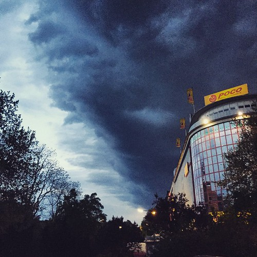 Tiefe dunkle #Wolken ziehen rasend übers Land