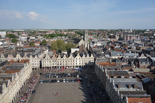 Du haut du beffroi, on surplombe la grand-place.