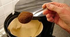 """Die Kaffeemaschine. Die Kaffeemaschinen. Das Kaffeepulver wird in die Kaffeemaschine gegeben. • <a style=""""font-size:0.8em;"""" href=""""http://www.flickr.com/photos/42554185@N00/28048747810/"""" target=""""_blank"""">View on Flickr</a>"""