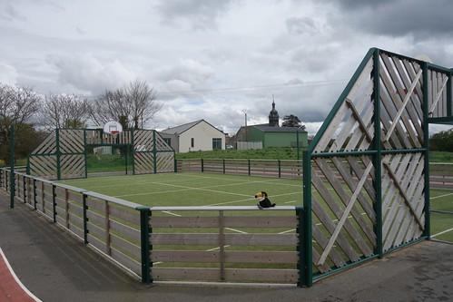 """Le """"soccer"""" est situé derrière l'école, pratique !"""