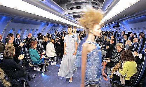 Desfile em cenário que imitava o interior de um avião