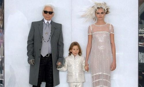 O criador com o afilhado, Hudson, e com a modelo it, Cara Delevigne