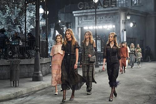 Karl Lagerfeld recriou Paris em Roma durante o lançamento da coleção Métiers d'Art.