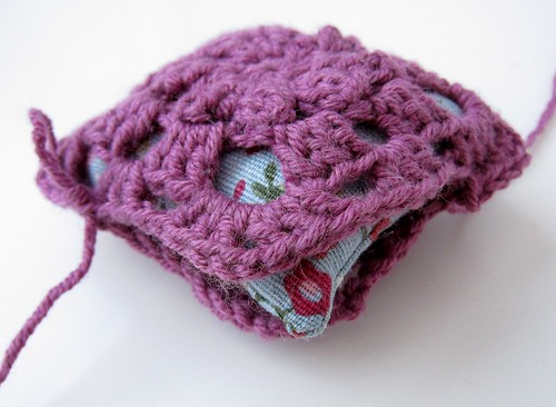 Crochet granny square and linen pincushion free tutorial 20