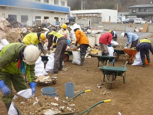 牡鹿半島鮎川浜で瓦礫撤去のお手伝い Recovery Volunteer at Oshika Peninsula, Miyagi pref. Deeply Affected by the Tsunami of Tohoku Earthquake