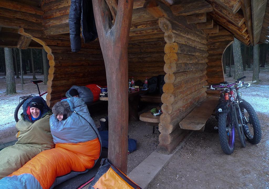 Hütte Räder und Jungs in Säcken