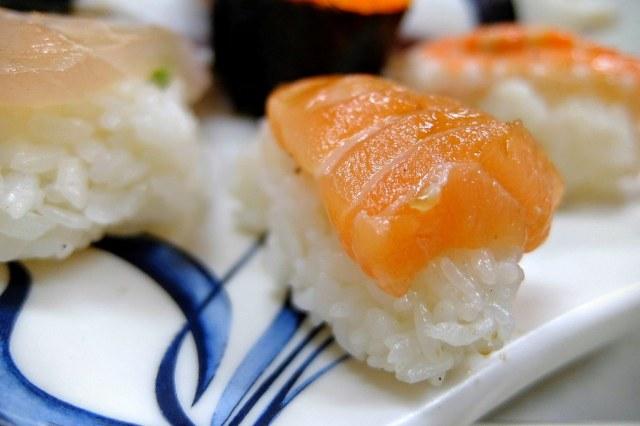 鮭魚握壽司,是還蠻厚的....