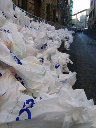 "Foto ""Firenze Marathon 2011 - Food bags for finishers - Sacchetti con viveri per gli arrivati"" by unpodimondo - flickr"