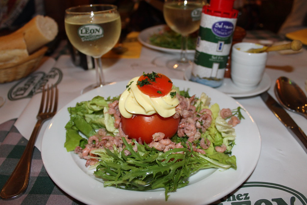 Tomate relleno de camarones en Chez Léon
