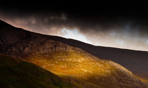 Morning light floods into Cwm Graianog