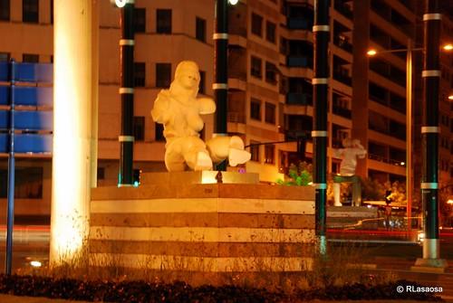 Vista de una de las esculturas situadas en la Plaza de la Paz