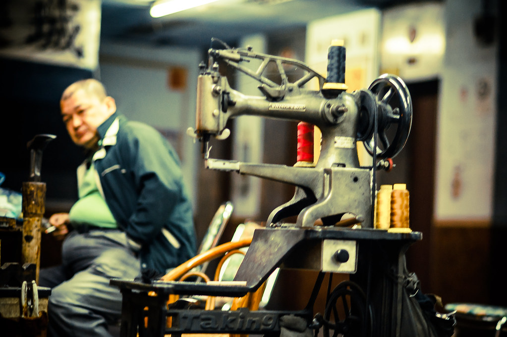 Taichung Sewing Machine man | Nikon D700 85mm F1.8 lens 1250 ISo at 1/320