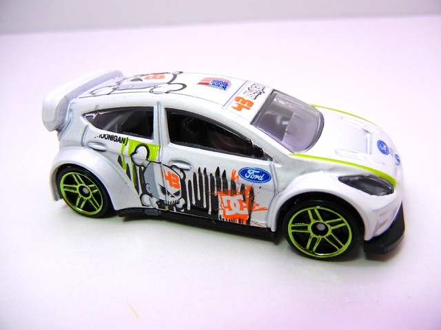hot wheels '11 ken block ford fiesta white (3)