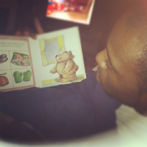 Papa bear is reading to the twins @mr_8107
