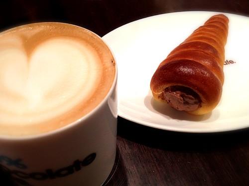 カフェラテとチョココロネ。@100% Chocolate Cafe.