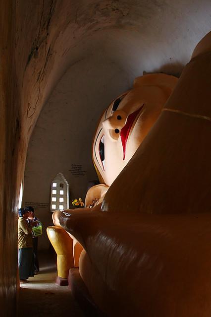 A huge reclining Buddha at Manuha Paya