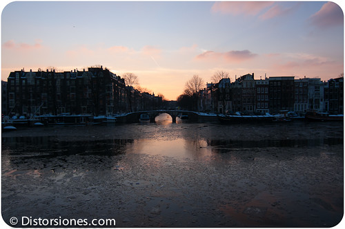 Crepúsculo en Prinsengracht desde el río Amstel