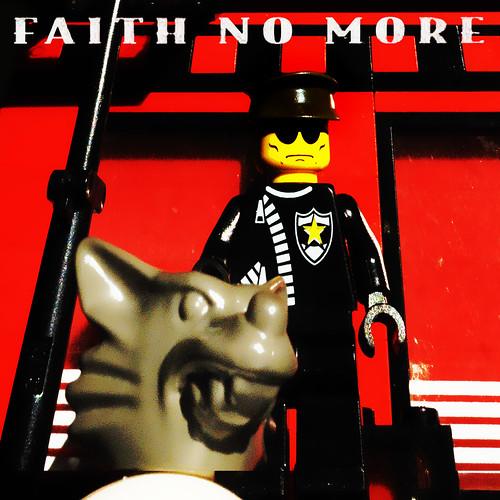 A capa do disco em versão lego, por Debonweb.
