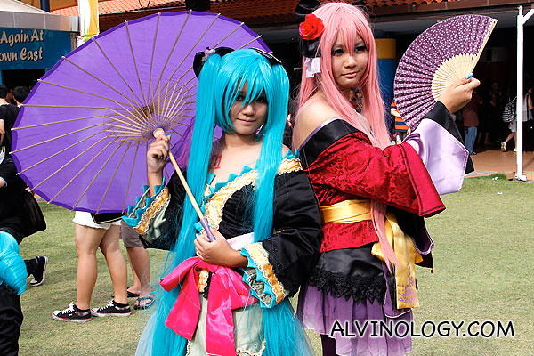 Umbrella and fan cosplayers