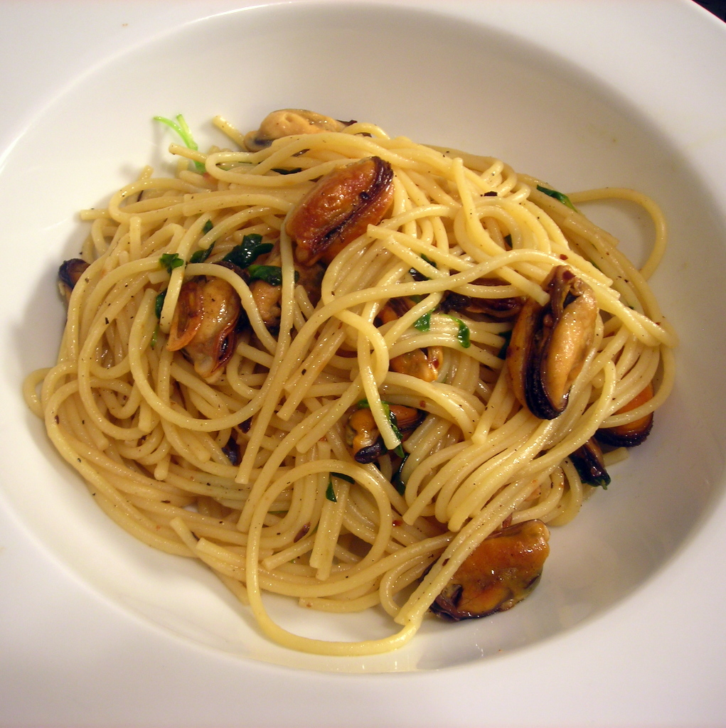 Spaghetti with mussels, garlic and winter greens