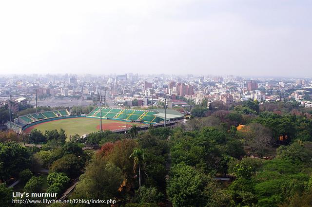 另外一邊的景觀,有運動場,感覺像是棒球場...
