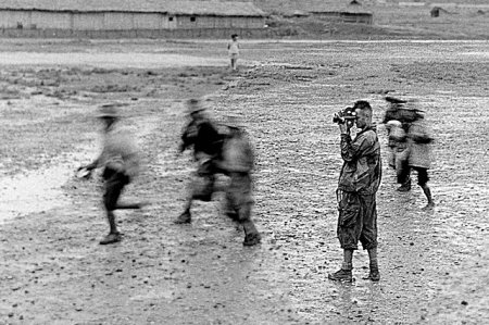 raymond-cauchetier fotografía a pierre-schoendoerffer-a-dien-bien-phu-vietnam-1954-polka-galerie-jpg