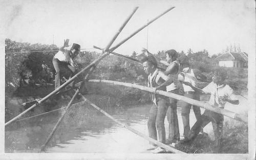 Penyeberangan Sungai Menggunakan Batang Bambu