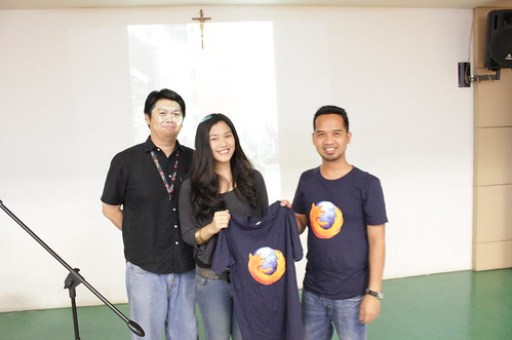 Patricia Bautista winning the Mozilla Tshirt