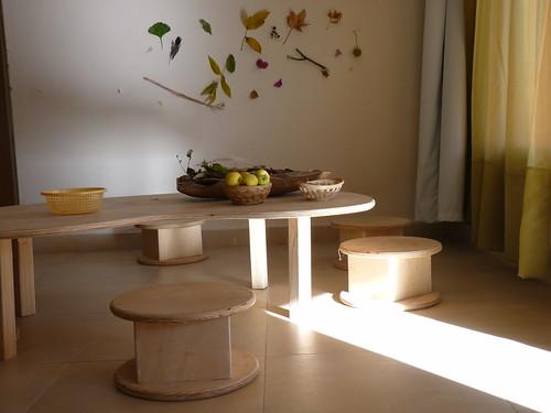 mesa de otoño y bancos de La Casa Naranja