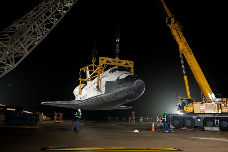 Shuttle Discovery Is Demated From SCA (201204190012HQ)