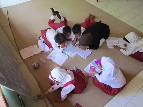 Selain nyaman belajar di bawah, siswa pun akan lebih dekat dengan guru dan tidak segan-segan bertanya. (Foto: Yudha PS)
