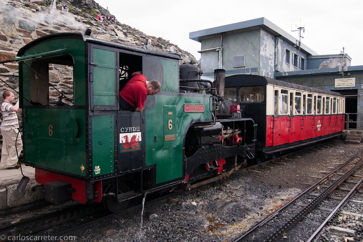 Locomotora de vapor en el ferrocarril del monte Snowdon