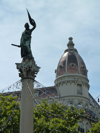 statue in Plaza Cagancha