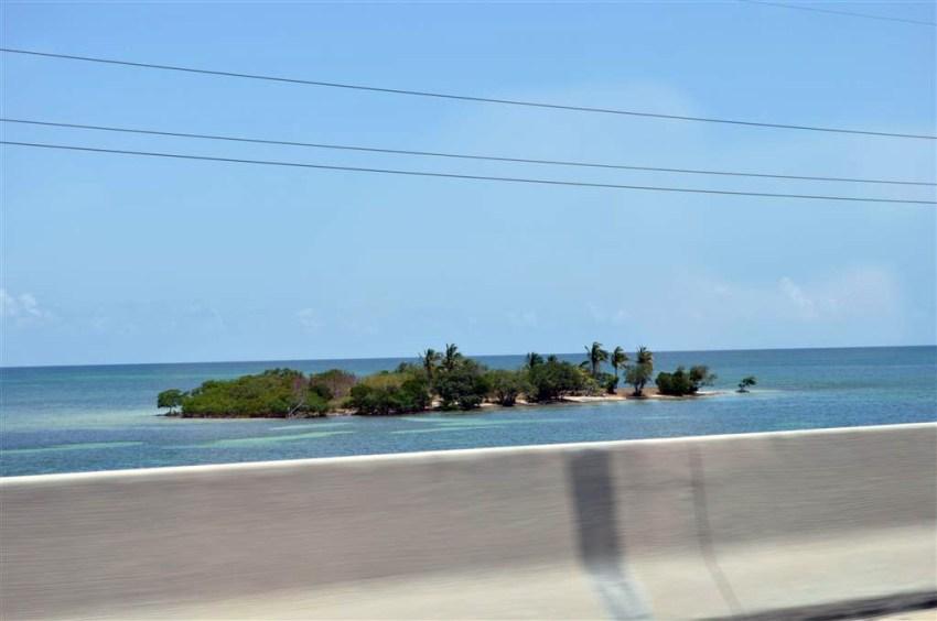 A ambos lados de la carretera se ven vírgenes y paradisíacas islas de ensueño.