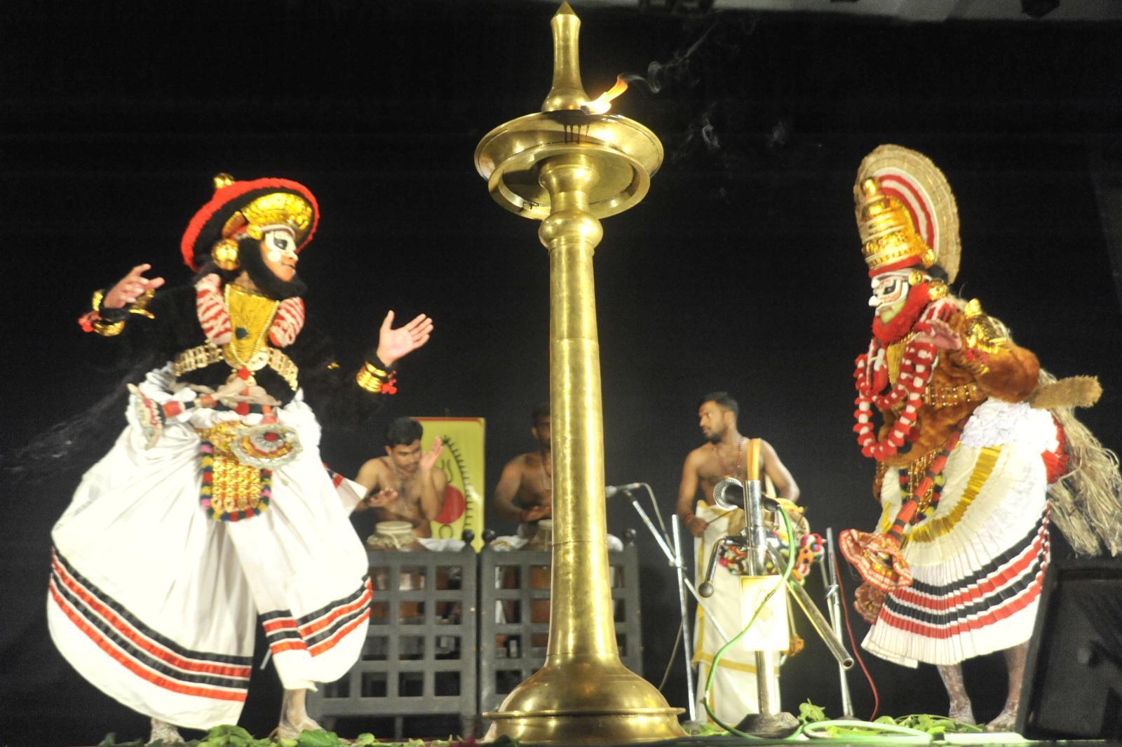 Bali and Sugreeva square it out in the battle;  Margi Madhu : Koodiyattam - Bali Vadham