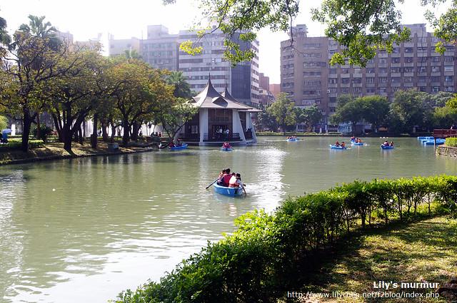 這是台中公園的湖心亭,湖可以划船喔!