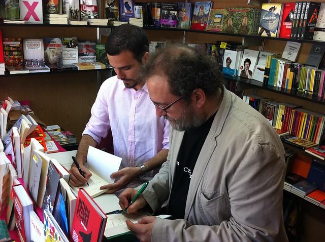 Alberto Garzón y Chesús Yuste, firmando juntos en la Feria del Libro de Zaragoza 2012
