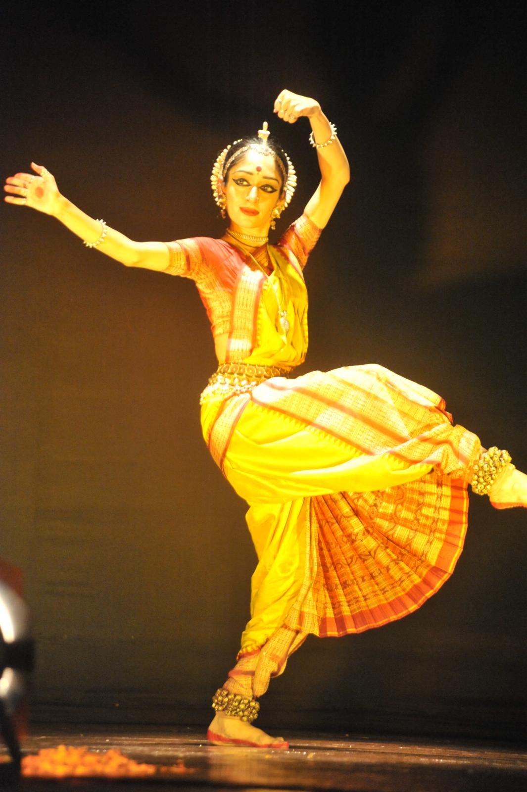 Arushi performing on 'Jhatatavi Ghalajwala...