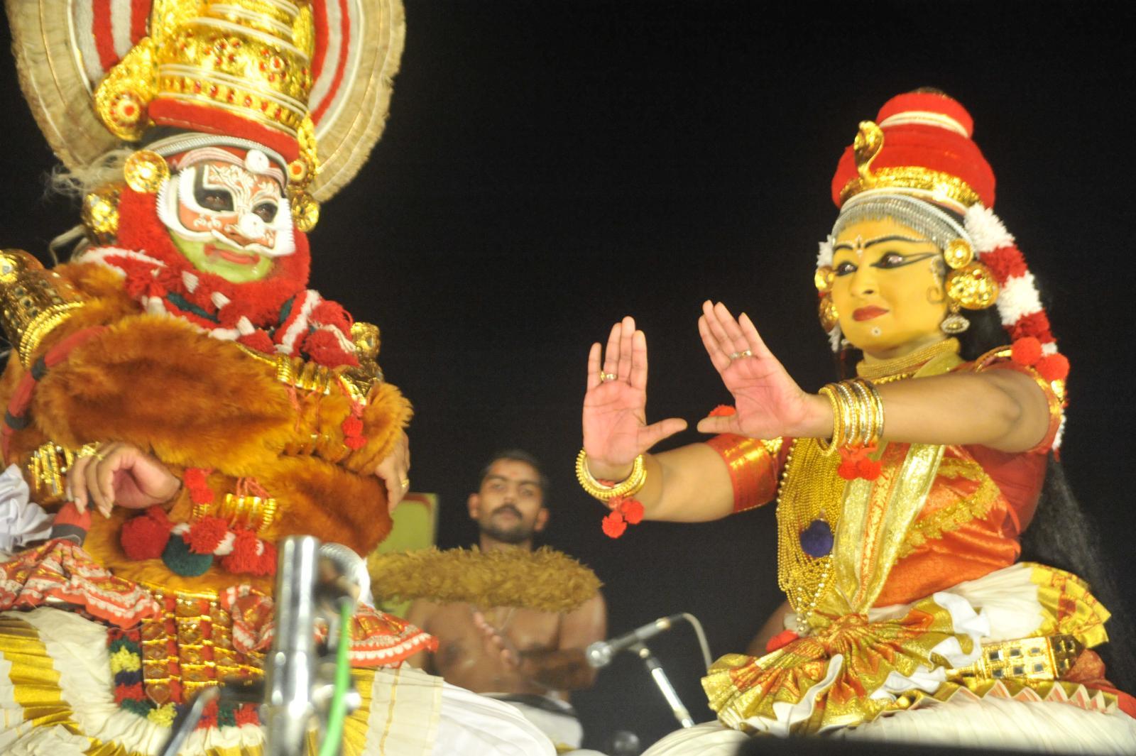 Tara trying to dissuade Bali from fighting;  Margi Madhu : Koodiyattam - Bali Vadham