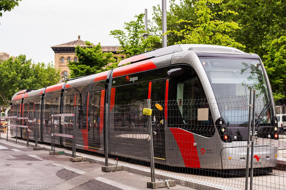 Tranvía en pruebas sin catenaria en plaza de Aragón