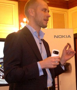 Vesa Jutila with Nokia 808 and its Sensor