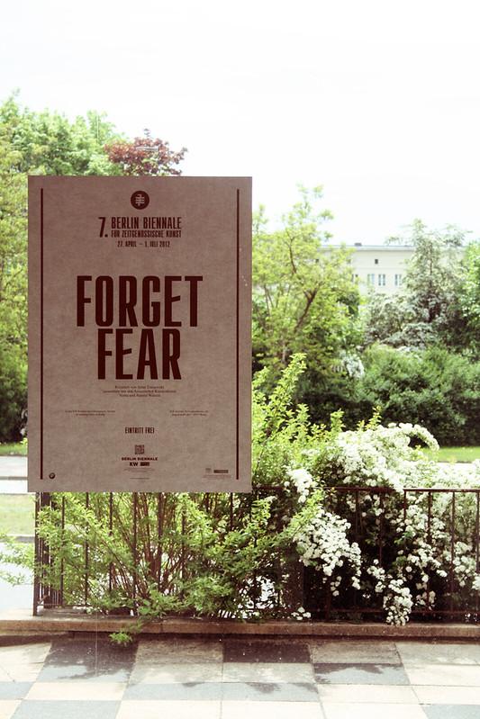 Forget Fear - Poster in der Straße der Republik / Eisenhüttenstadt