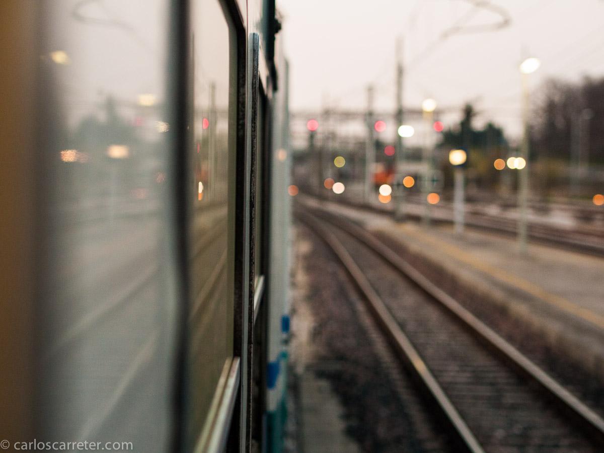 El tren sale de la estación