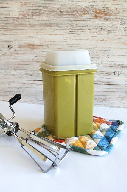 Pickle holder, vintage tupperware!