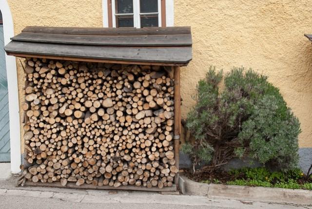 很多地方都會蒐集木柴,推測是冬天生火取暖用的?