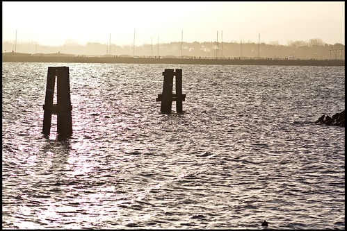 Wellenbrecher bei Sonnenaufgang