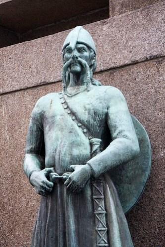 94 Plaza Torgalmenningen - Monumento a los marineros